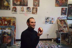芸術家さんリンゴを食べながら創作