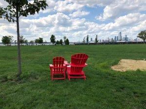 赤い小さな椅子と大きな椅子