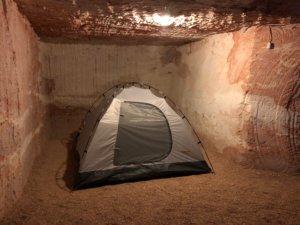 地下キャンプ